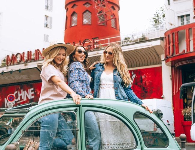 3 filles dans une voiture lors d'un enterrement de vie de jeune fille